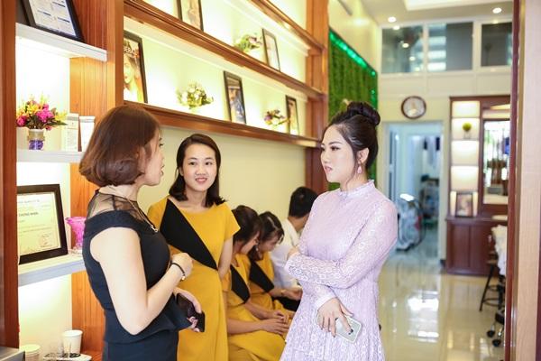 Chị Nguyễn Hiếu cùng Giám đốc điều hành và kỹ thuật viên của Trần Minh