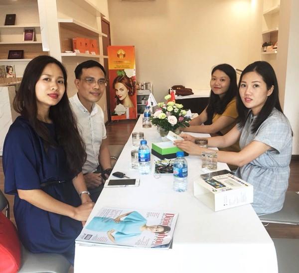 Giám đốc Nguyễn Thị Tuyết Nhung đón tiếp đại diện Life Group